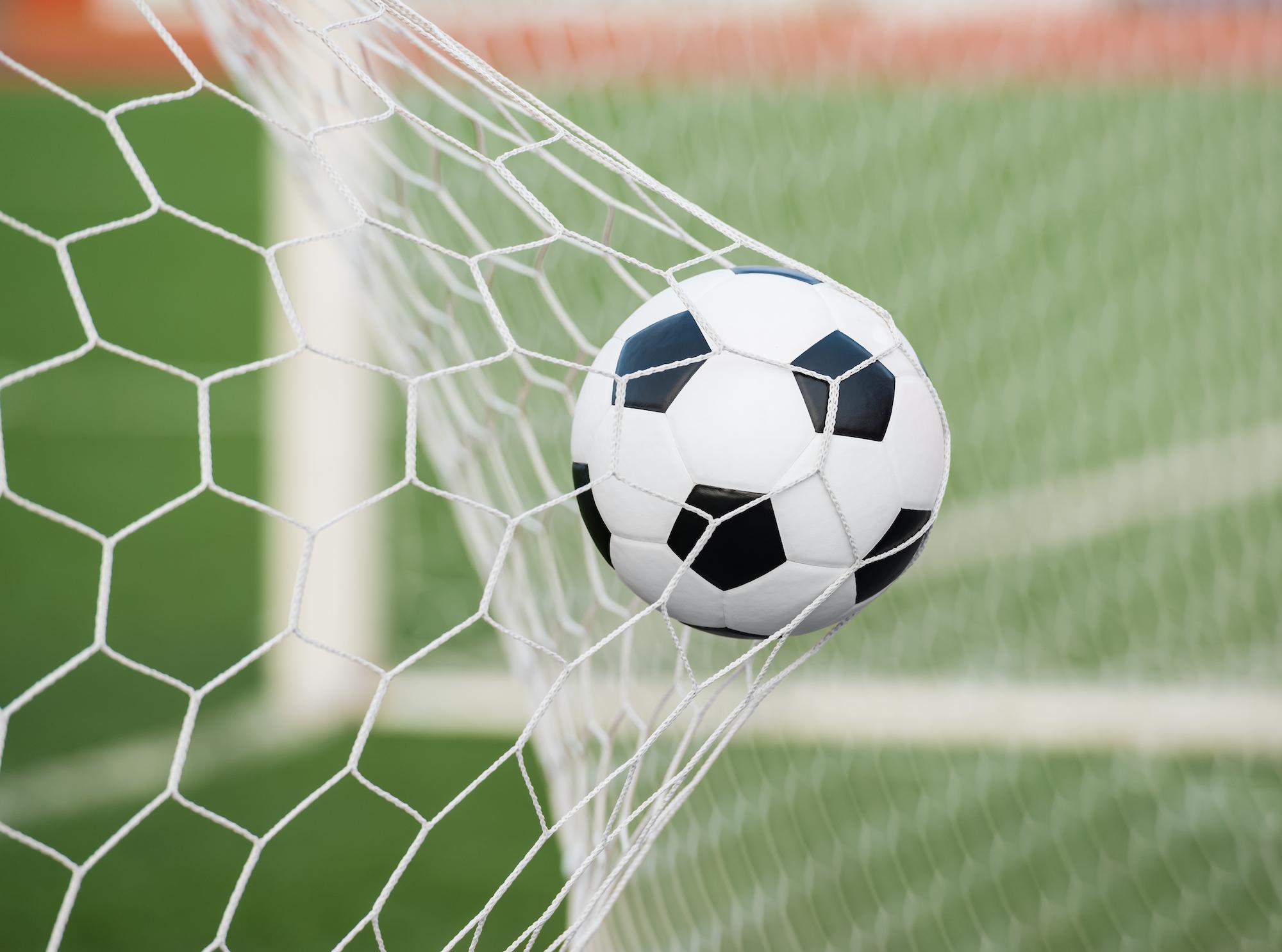 Ein Fußball in einem Tor