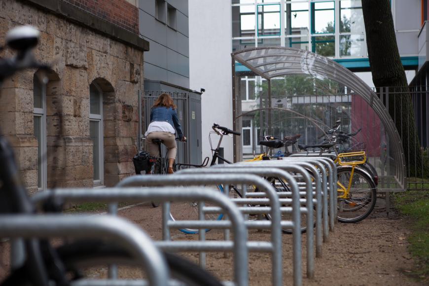 Das Bild zeigt Abstellmöglichkeiten für Fahrräder.